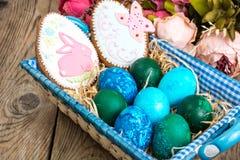 Pasen gekleurde eieren, stro, bloemen Stock Foto