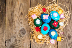 Pasen gekleurde eieren, stro, bloemen Royalty-vrije Stock Foto's