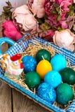 Pasen gekleurde eieren, stro, bloemen Royalty-vrije Stock Fotografie