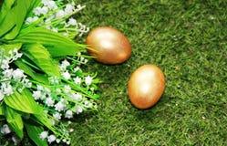 Pasen Geschilderd met Gouden eieren op gras Royalty-vrije Stock Foto