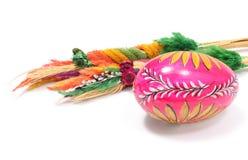 Pasen geschilderde ei en palm op witte achtergrond Stock Fotografie