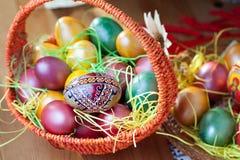Pasen geschilderde eieren in een mand Stock Foto's