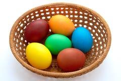 Pasen geschilderde eieren in met zwemvliezen houten plaat Stock Afbeelding