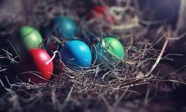 Pasen geschilderde eieren op jute royalty-vrije stock foto's
