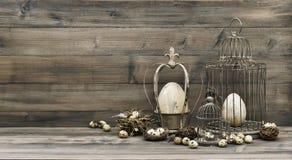 Pasen decoratie met eieren nest en uitstekende birdcage stock foto
