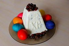 Pasen-gestremde melk en geschilderde eieren royalty-vrije stock foto's