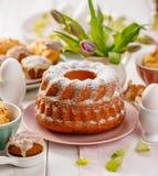 Pasen-gistcake met gepoederde suiker op de vakantielijst die wordt bestrooid stock afbeeldingen