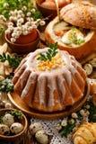 Pasen-gistcake met suikerglazuur en geglaceerde sinaasappelschil, heerlijk Pasen-dessert stock afbeeldingen