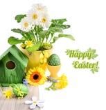 Pasen-grens met de lentebloemen en met de hand gemaakte decoratie op wo royalty-vrije stock afbeelding
