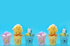 Pasen-grens met eieren in pastelkleuremmers Stock Foto's