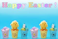 Pasen-grens met eieren in pastelkleuremmers en groet tex Stock Foto