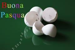 Pasen-groeten met verbrijzelde eierschalen Stock Foto's