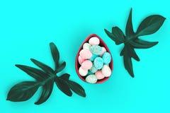 Pasen-groetkaart met bladeren en eieren stock fotografie