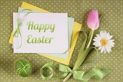 Pasen-groetkaart met bloemen, ei en linten Stock Afbeelding