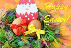Pasen-hand - gemaakte groetkaart: gele eieren en hand - de gemaakte uitgebroede kip in eierschaal in groene grastakjes nestelt op royalty-vrije stock afbeeldingen
