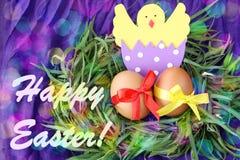 Pasen-hand - gemaakte verfraaide groetkaart: gele eieren en hand - de gemaakte uitgebroede kip in eierschaal in groene grastakjes stock foto