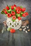 Pasen-het ontwerp van de groetkaart met bos van rode tulpen op rustieke B royalty-vrije stock afbeelding