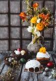 Pasen-het vieren lijst met de cakes en de eieren van Pasen Royalty-vrije Stock Foto's