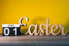 Pasen 2018 Houten gesneden brieven dichtbij 1st April-kalender Feestelijke decoratie Gelukkige Pasen Dag 1 van april-maand Stock Afbeeldingen