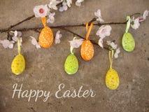 Pasen-kaart met eieren en bloemen op grungeachtergrond Royalty-vrije Stock Foto's