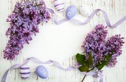 Pasen-kaart met lilac bloemen Stock Afbeelding