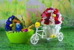 Pasen-kaart met wensen, paaseikuikens en eieren met hazen - ambacht Royalty-vrije Stock Foto