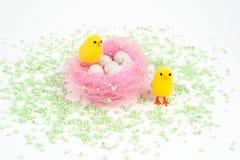 Pasen, kleine kuiken en eieren Stock Afbeelding