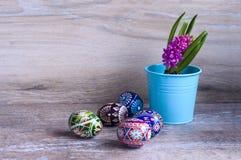 Pasen-kleureneieren en hyacint royalty-vrije stock afbeeldingen