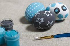 Pasen-kleureneieren op een lijst Stock Foto's