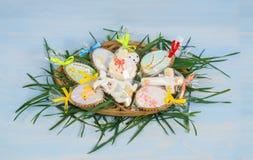 Pasen-koekjes in decoratieve eieren, konijn, lam stock afbeeldingen