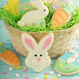 Pasen-koekjes op blauwe lijst Stock Fotografie