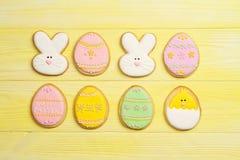 Pasen-koekjes op een gele achtergrond stock foto's