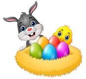 Pasen-konijn met kuikens en kleurrijke eieren in het nest royalty-vrije illustratie