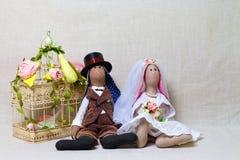 Pasen-konijnen, konijntjesspeelgoed in vormhuwelijk Textielbruid en bruidegom royalty-vrije stock afbeeldingen