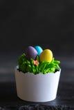 Pasen-kopcake met eieren stock foto