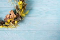 Pasen-kroon met houten Pasen-konijntje, gele plumelets royalty-vrije stock afbeelding