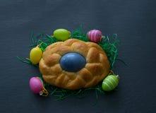 Pasen-kroon met kleurrijk paasei stock fotografie