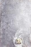 Pasen-Kwartelseieren met witte veren op uitstekend gekrast grijs royalty-vrije stock afbeeldingen