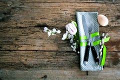 Pasen-lijst die met de lentebloemen en bestek plaatsen Vakantie B stock afbeelding