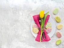 Pasen-lijst die met de lentebloemen plaatsen royalty-vrije stock afbeeldingen