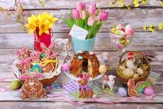 Pasen-lijst met peperkoekkoekjes en cake Stock Foto's