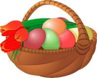 Pasen-mand met eieren en bloemtulpen Stock Foto