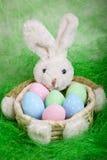 Pasen-mand met eieren en de Paashaas stock fotografie