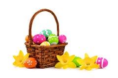 Pasen-mand met eieren en gele narcissen over wit Royalty-vrije Stock Foto