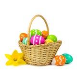 Pasen-mand met eieren en gele narcissen over wit Stock Fotografie