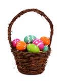 Pasen-mand met kleurrijke Paaseieren over wit wordt gevuld dat Stock Afbeelding