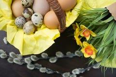 Pasen-mand, vakantiedecoratie, bloemen, pussy wilg en Eas royalty-vrije stock foto