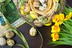 Pasen-mand, vakantiedecoratie, bloemen, pussy wilg en Eas stock afbeelding