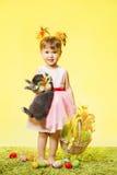 Pasen-meisje, het konijn van het kindkonijntje en eieren Royalty-vrije Stock Foto's