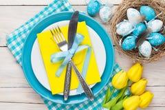 Pasen met gele tulpen en kleurrijke eieren royalty-vrije stock foto